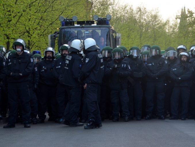Cops in Riotausrüstung bilden eine Mauer
