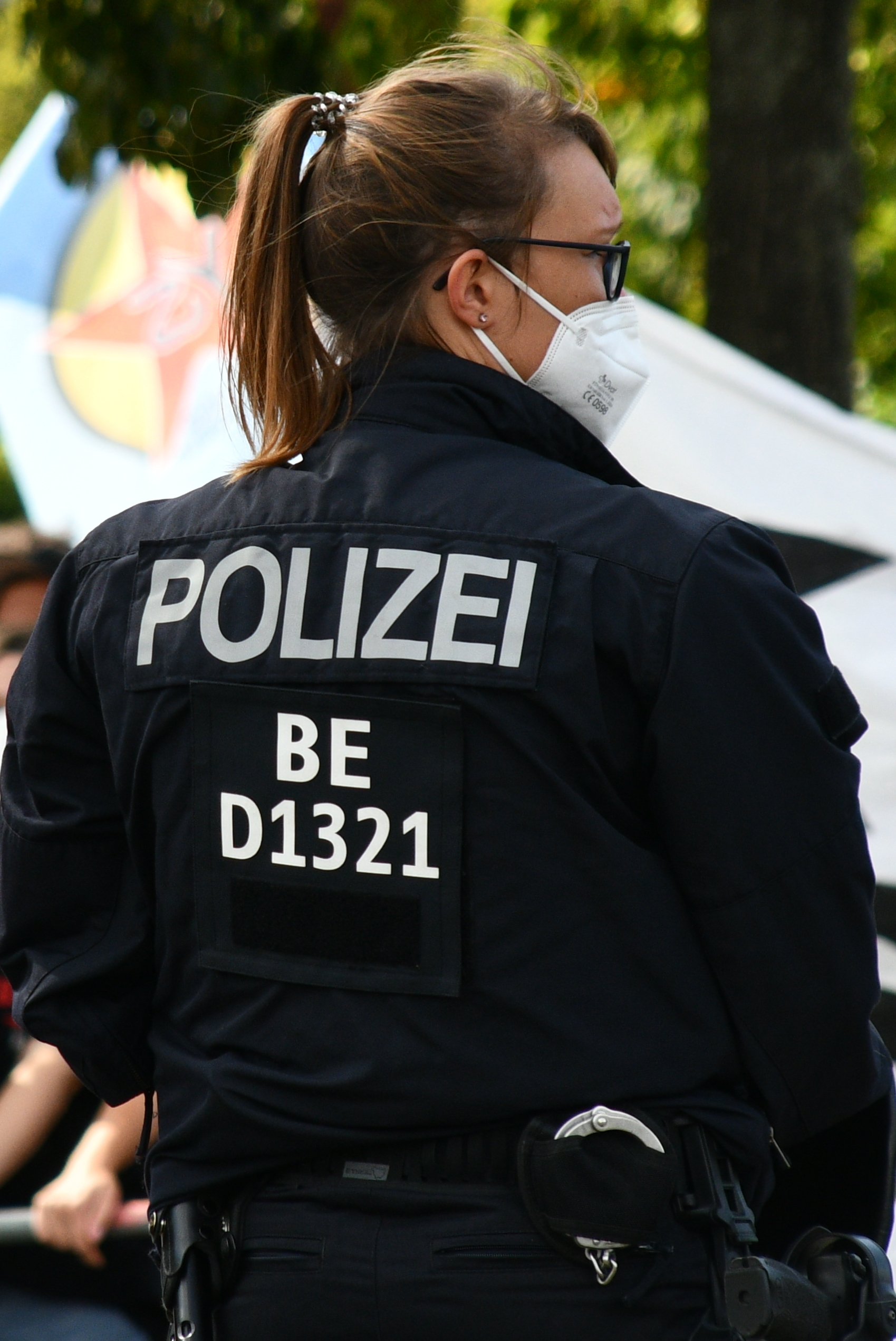 Cop von hinten mit taktischer Kennzeichunung BE D1321
