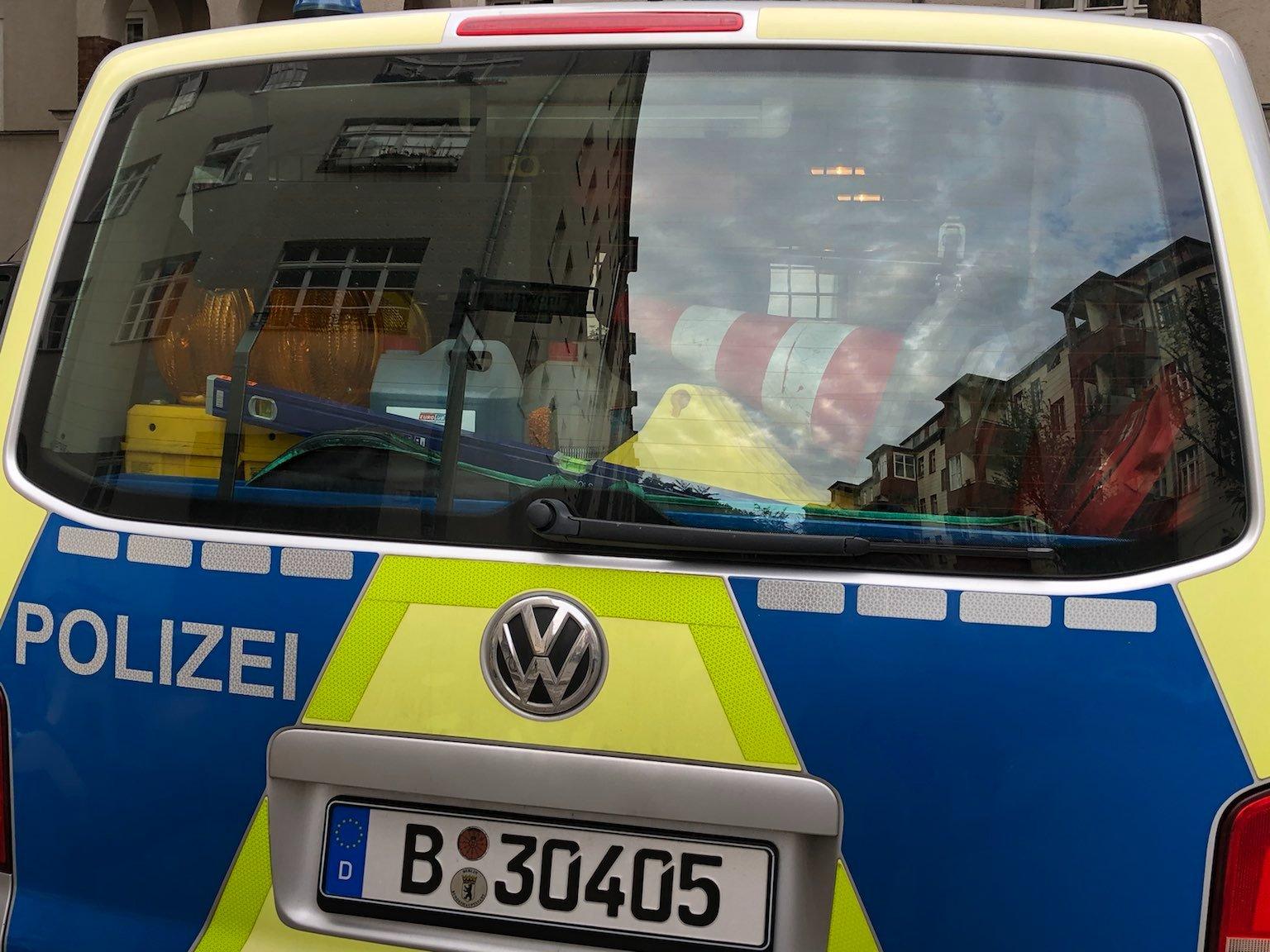 Blick in das Kofferraumfenster, dort ist Equipment gelagert, zB Warnkegel, und Warnleuchten