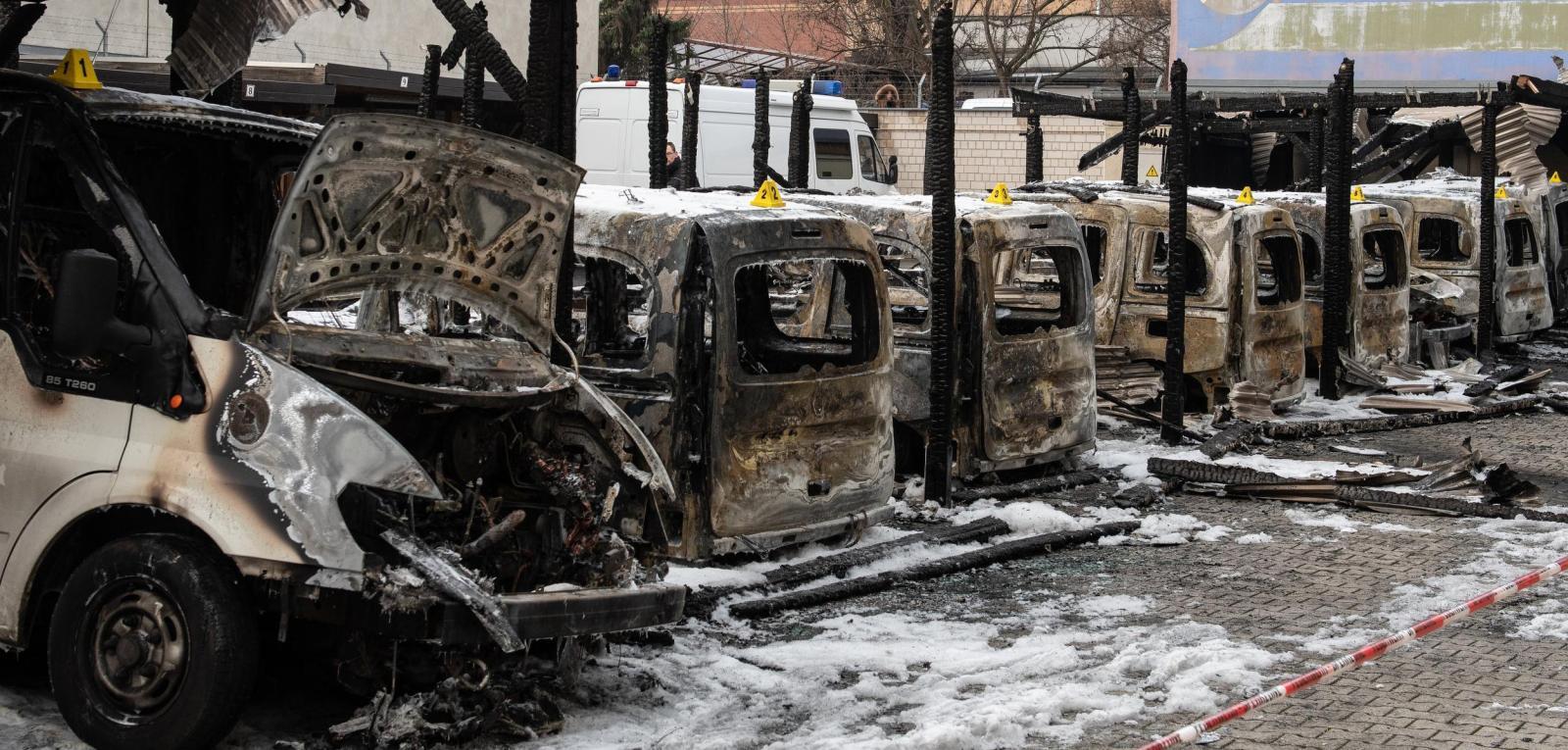 mehrere ausgebrannte Auto-Leichen