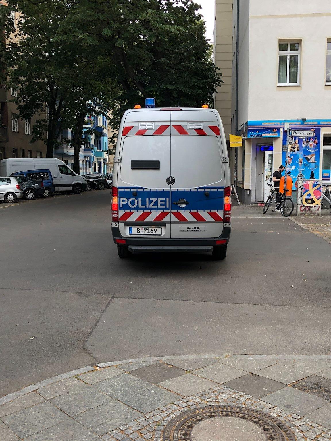 Heck eines Transporters in silber und blau, mit rot-weißen Streifen