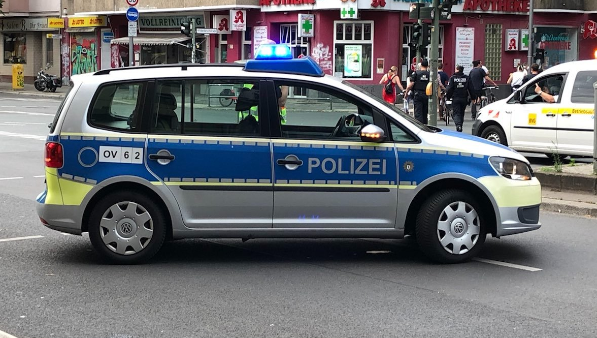 VW 4-Türer in blau-silber und Neon-Streifen