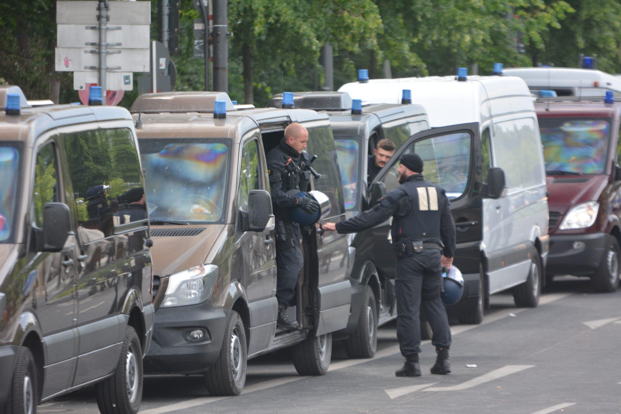 2 Cops steigen aus einem schwarzen Mercedes-Transporter aus