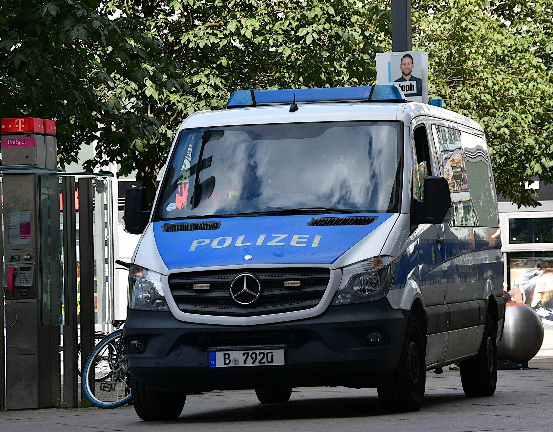 Mercedes Transporter von vorn, blau-weiß