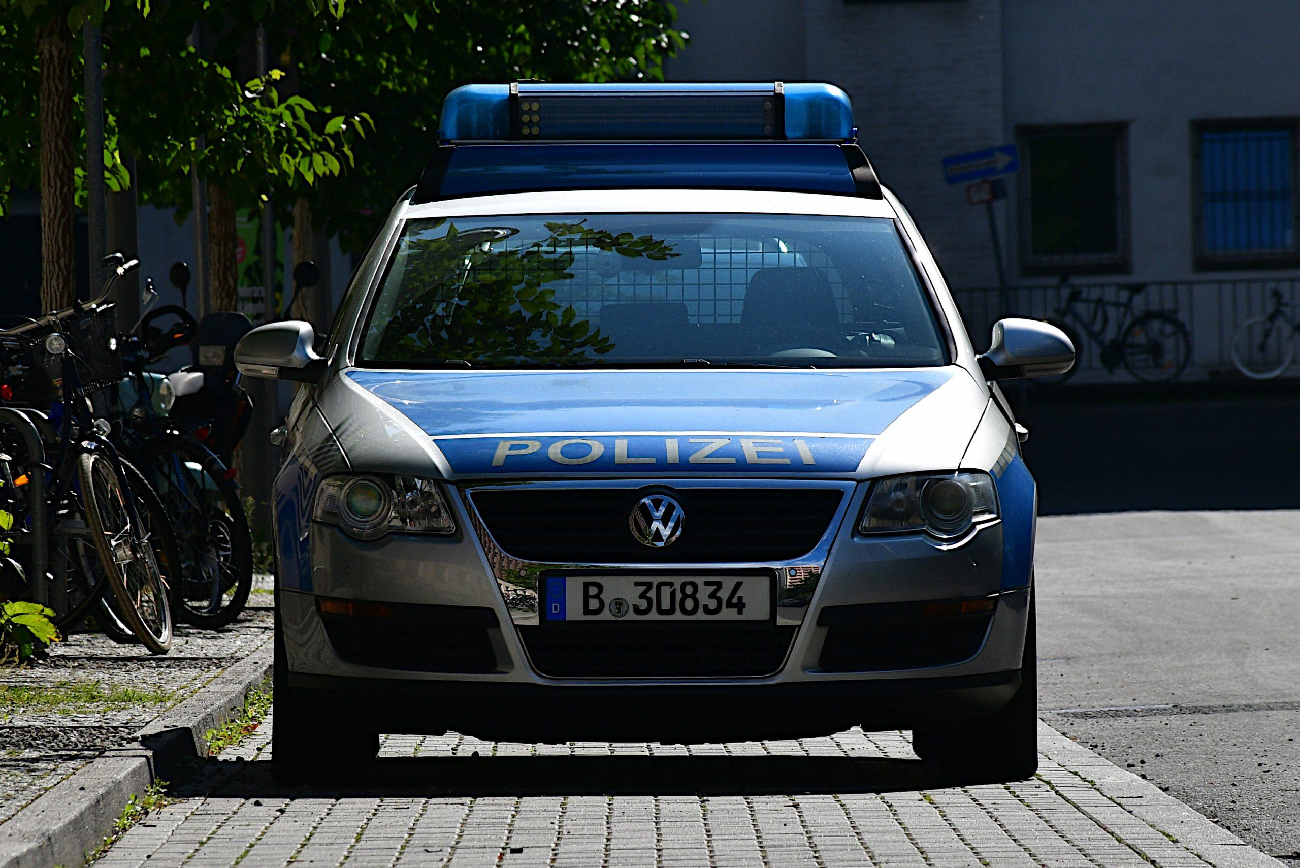 Frontansicht auf VW Passat in blau-silber