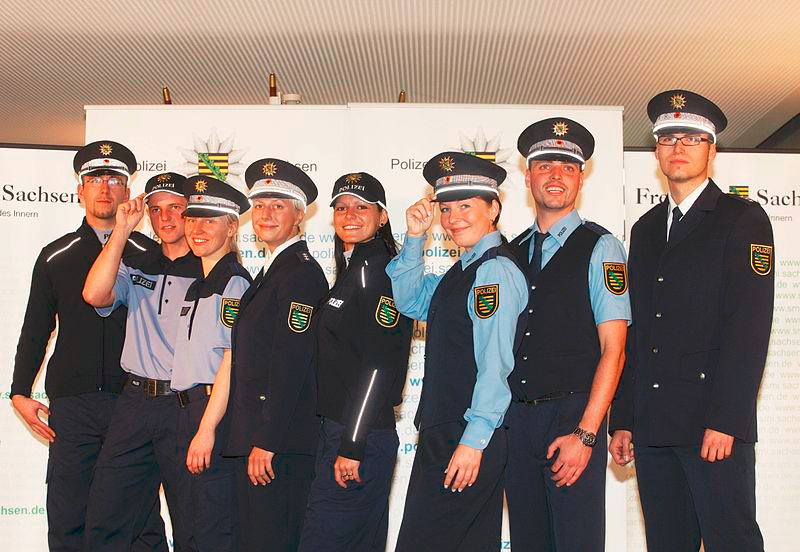8 junge Bullen in verschiedenen Ausführungen der Uniform