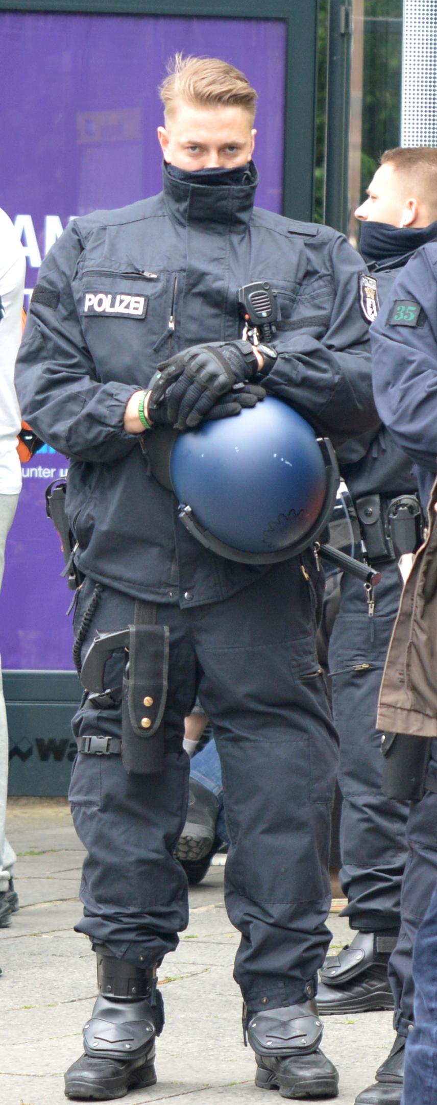 Ein Cop mit voller Einsatzmontur trägt am Bein eine Halterung für einen großen RSG 8