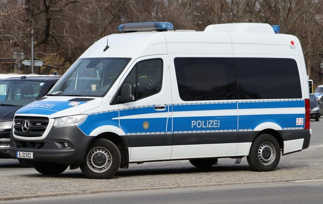 Mercedes Sprinter blau-weiß, von der Seite