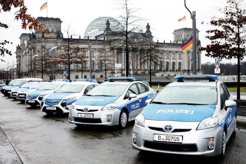 Autos aufgereiht vor dem Reichstag