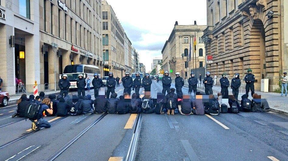 Blockade auf einer leeren Straße zwischen herrschaftlichen Gebäuden in Mitte.