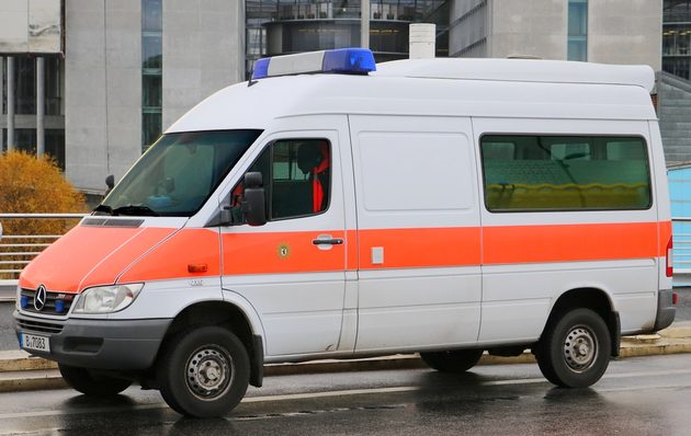 weiß-orangener Transporter mit Blaulicht