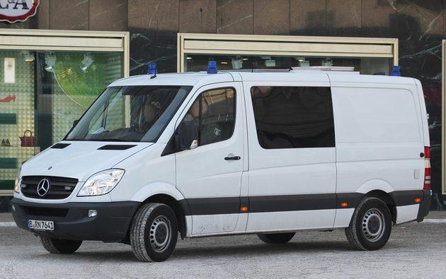 weißer Mercedes Transporter, von der Seite