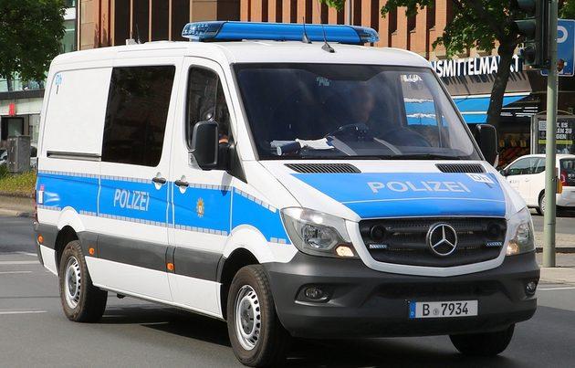 Mercedes Sprinter blau-weiß von vorn