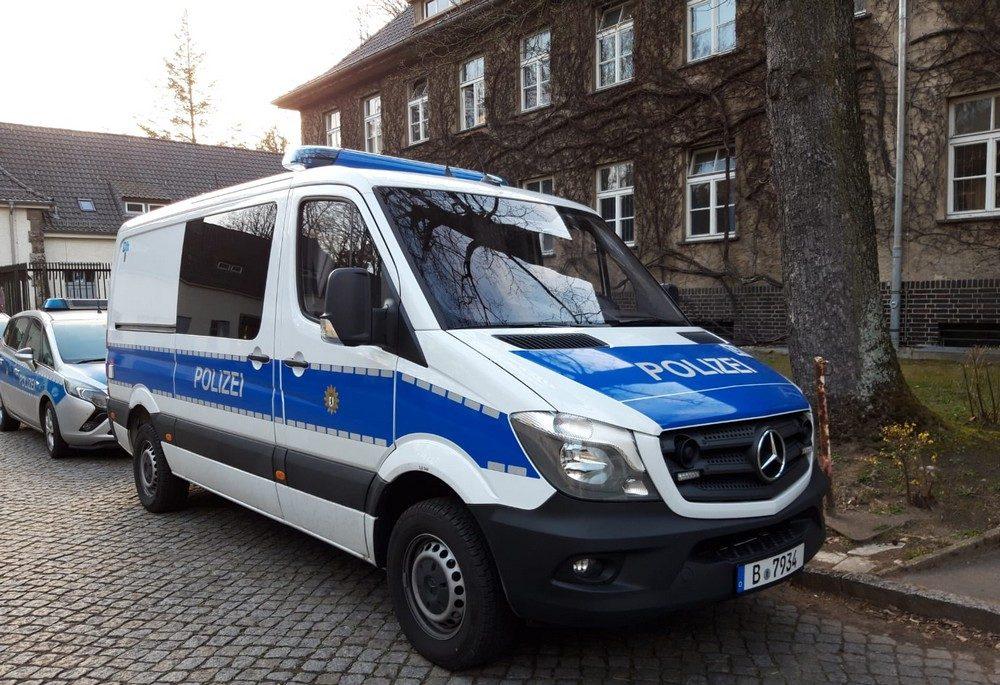 blau-weißer Mercedes Sprinter