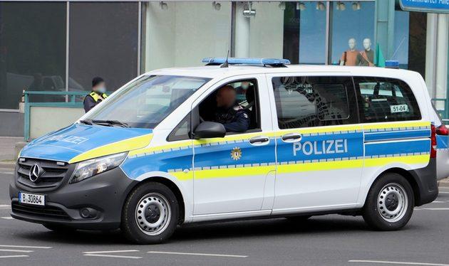 Mercedes Transporter blau-weiß, mit neon-gelben Streifen