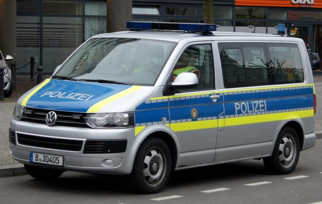 VW Transporter in blau und silber, mit neongelben Streifen