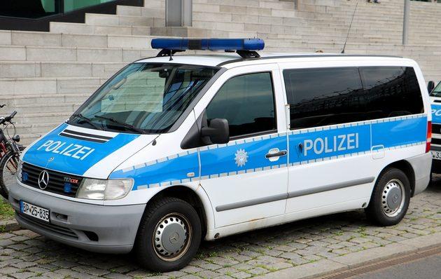 blau-weißrer Mercedes Transporter