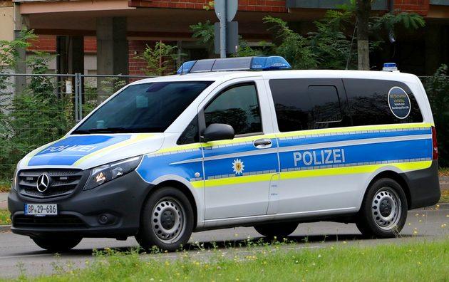 blau-weißer Transporter von Mercedes mit neongelben Warnstreifen