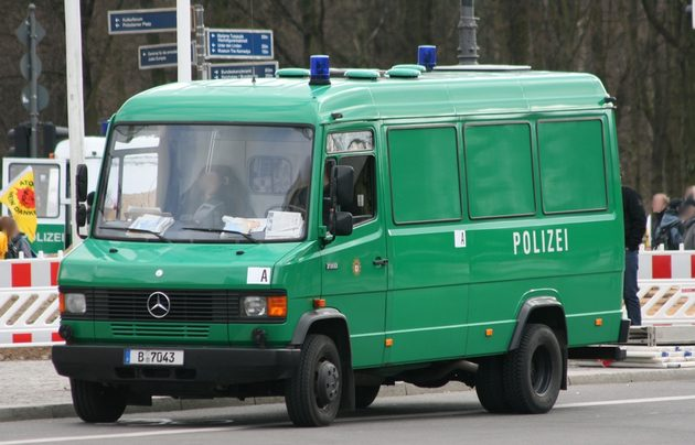 grüner Mercedes-Transporter von vorn