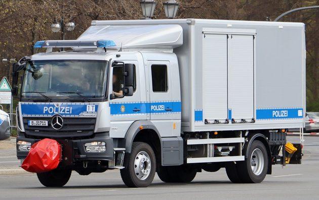 ein silberner Mecedes-Laster mit blauen Streifen