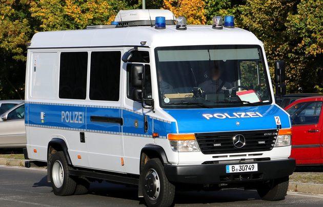 Mercedes Transporter blau-weiß, von vorn