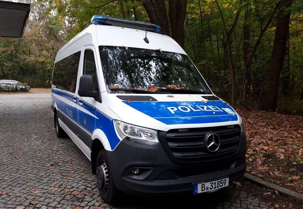 Mercedes-Sprinter blau-weiß von vorne
