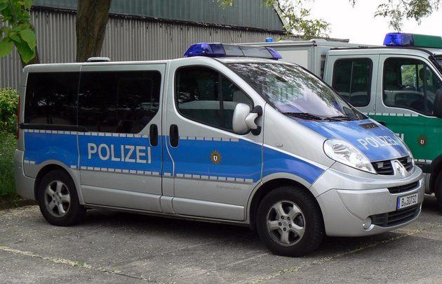 silber-blauer Kleinbus von Renault