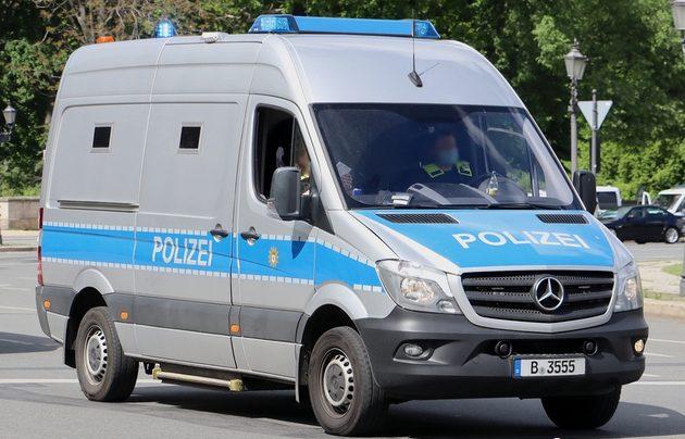silber-blauer Mercedes Sprinter