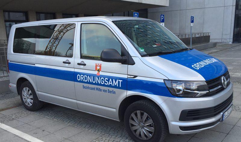 silberner Mercedes-Transporter mit blauen Streifen und Ordnungsamt-Schriftzug