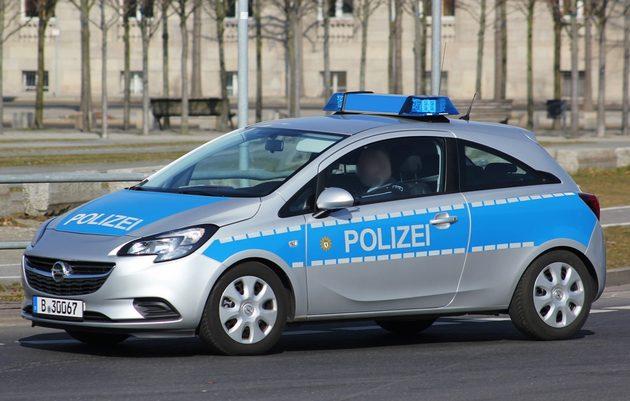 kleiner Zweitürer-Opel in silber-blau