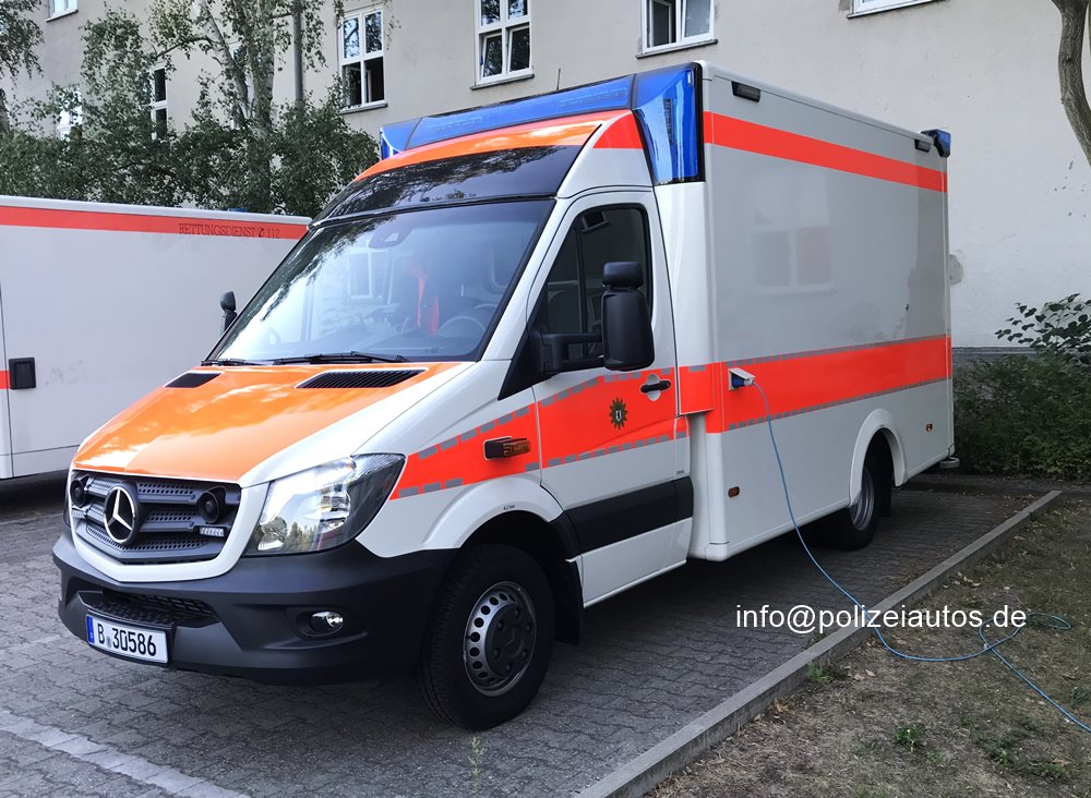 orange-weißer Transporter