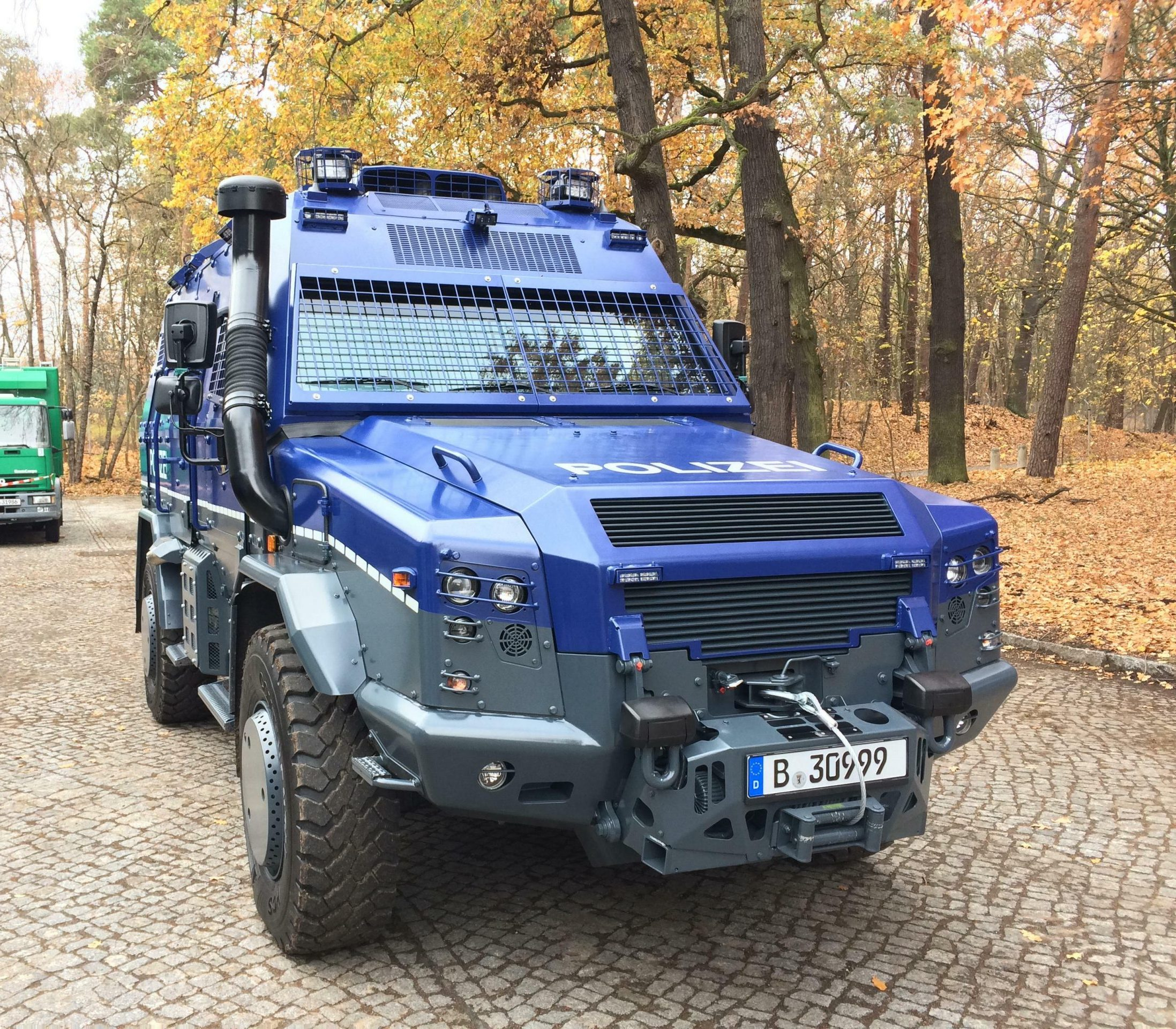 blaues großes Räumfahrzeug
