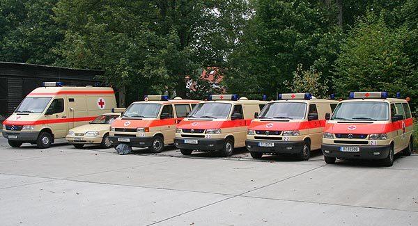 6 Autos in beige-orange in einer Reihe