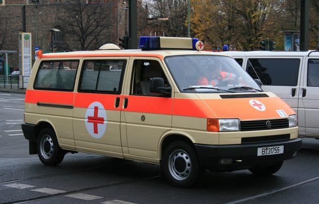 VW-Bus in beige-orange mit Sanitäts-Kreuz (rotes kreuz auf weißem Kreis)