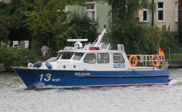 blau-weißes Boot auf dem Wasser