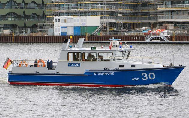 weiß-blaues Boot auf der Spree