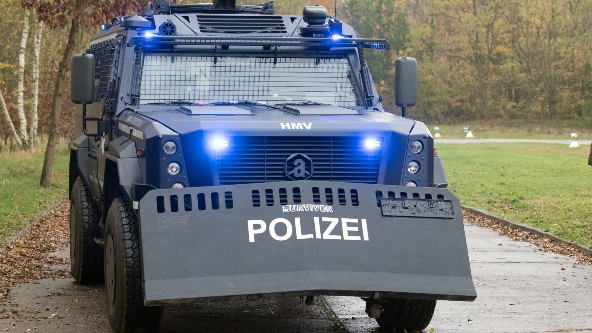 blaues großes Räumfahrzeug mit Räumschild vorne