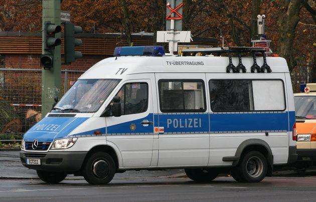 """blau-weißer Mercedes Sprinter, über dem Fenster steht mit schwarz """"TV-Übertragung"""""""