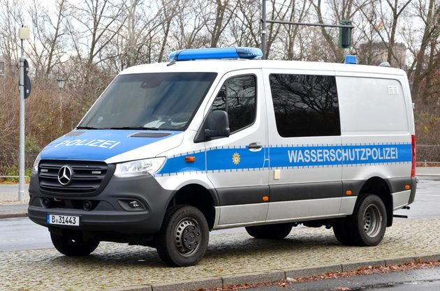 silber-blauer Mercedes Transporter mit großen Reifen