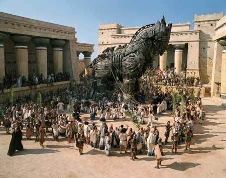 Das Trojanische Pferd wird in eine antike Stadt gezogen.