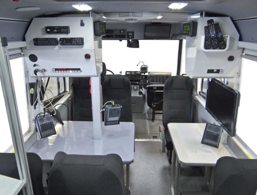 Blick in den Innenraum des 816D: Es gibt 6 Sitze (3 in und 3 gegen die Fahrtrichtung an zwei Arbeitstischen.