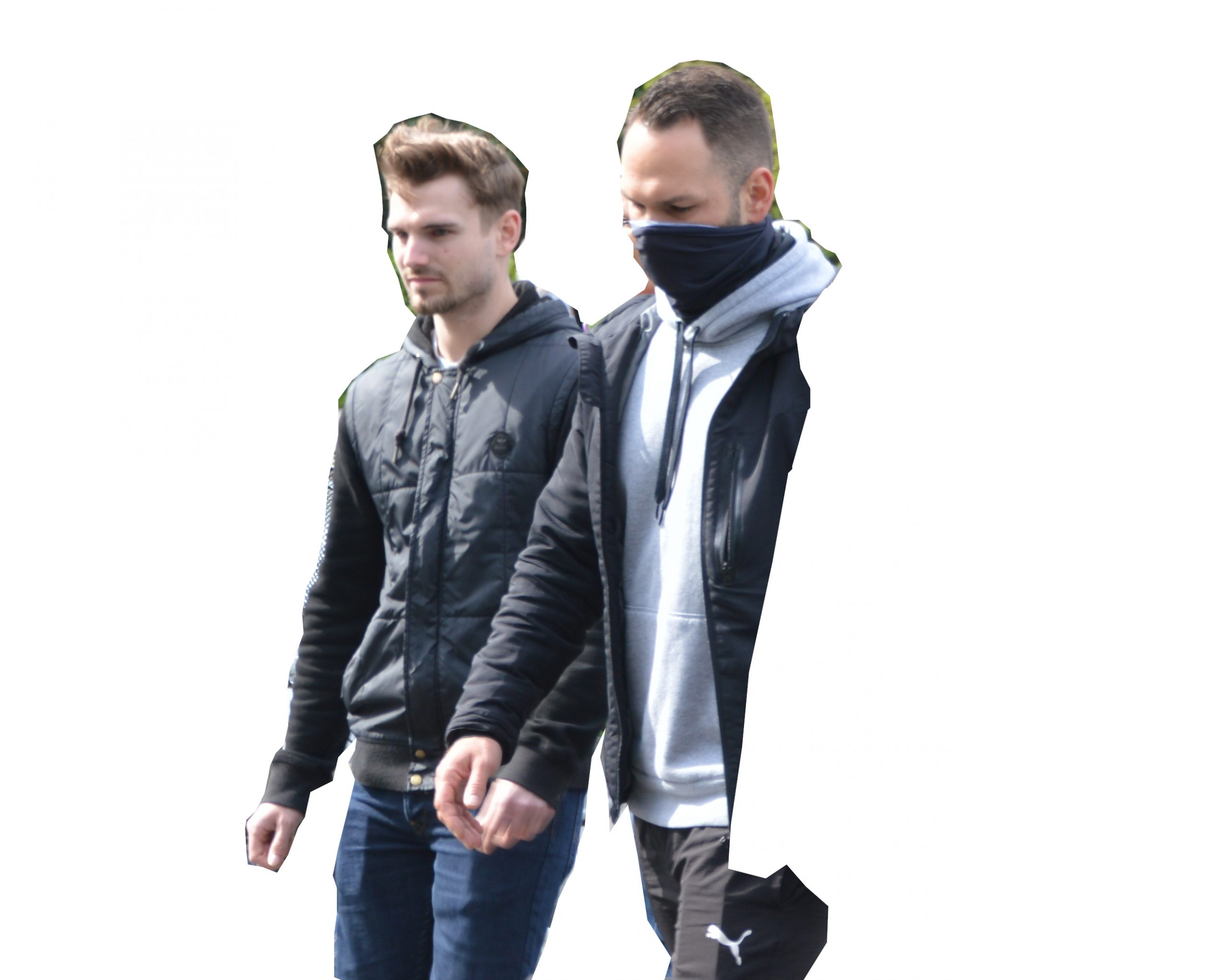 2 Männer laufen nebeneinander, einer mit grauem Kapuzenpulli und Schlauchchal, der andere mit schwarzer Jacke.