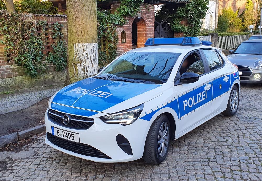 weiß-blauer Opel Viertürer