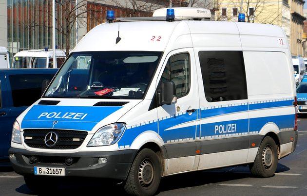 BefKw, Mercedes Sprinter in blau-weiß von vorn